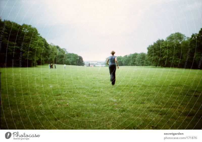 [HH09.3/4] flucht aus..... Natur Jugendliche grün Baum Sommer Freude Erwachsene Wald Ferne Wiese Landschaft feminin Freiheit Frühling Park Horizont