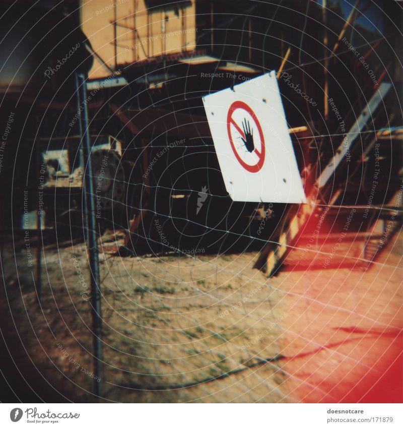 Speak, Intruder! Hand weiß rot Schilder & Markierungen Treppe Hinweisschild Eingang Zaun Leiter Barriere Verbote Bagger Bergbau Mittelformat Filmmaterial Warnschild