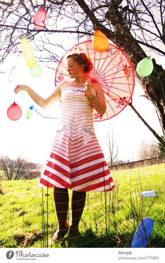 Wenn ich nur fliegen könnte... Mensch Jugendliche Einsamkeit Wiese feminin träumen Traurigkeit Frau Denken Erwachsene Europa Kleid rothaarig mehrfarbig Belgien