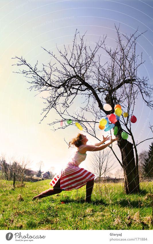 Entscheid dich! Mensch Himmel Jugendliche blau grün schwarz Erwachsene Wiese Landschaft feminin Gefühle Freiheit springen wild außergewöhnlich 18-30 Jahre