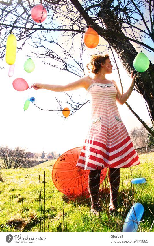Wegwollen Mensch Jugendliche schön Himmel Baum grün blau rot schwarz Frau Wiese feminin Party träumen Denken Landschaft