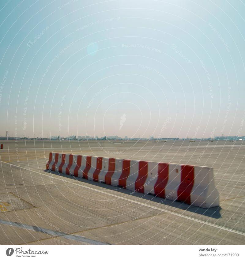 Begrenzt Himmel weiß rot Wege & Pfade Beton Luftverkehr Güterverkehr & Logistik Flughafen Landebahn Flugplatz Begrenzung