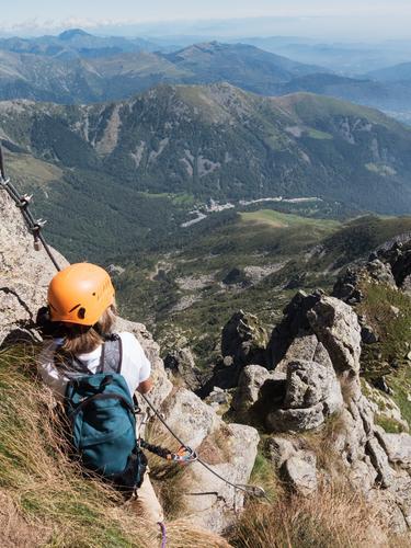 Kletternder Sport: Junge macht eine Pause, Panorama beobachtend Mensch Kind Natur Ferien & Urlaub & Reisen Sommer Landschaft Einsamkeit Berge u. Gebirge