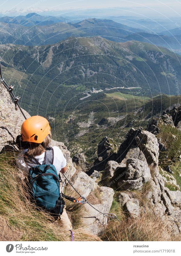 Mensch Kind Natur Ferien & Urlaub & Reisen Sommer Landschaft Einsamkeit Berge u. Gebirge Wege & Pfade Sport Junge Felsen Tourismus wandern Kraft blond
