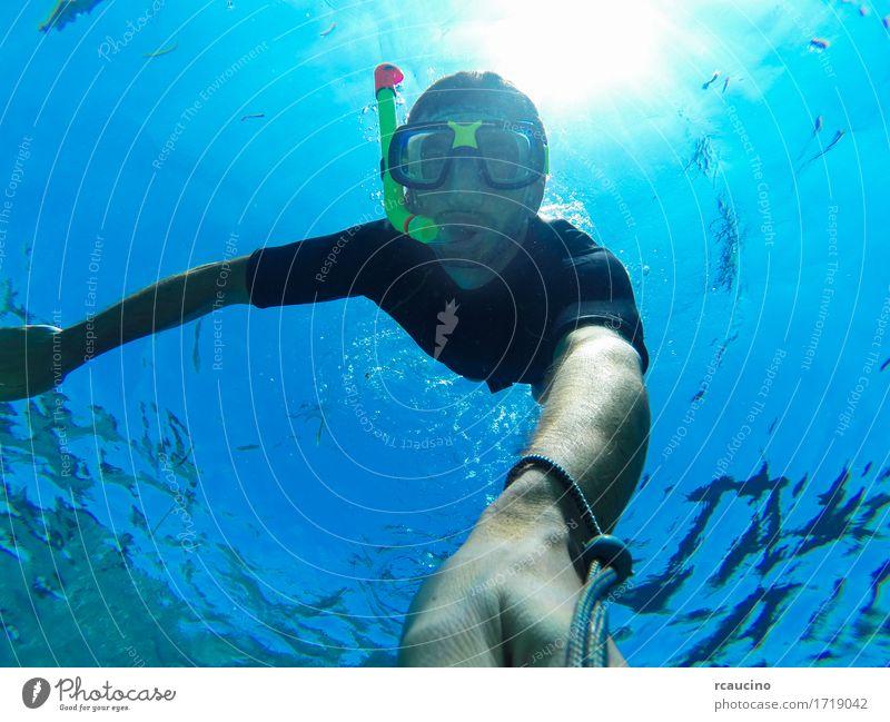 Freitauchen: Selbstbildnis eines männlichen Freedivers Lifestyle Sommer Meer Sport Mensch Mann Erwachsene Natur unten blau Wasser Schnorcheln Schwimmsport
