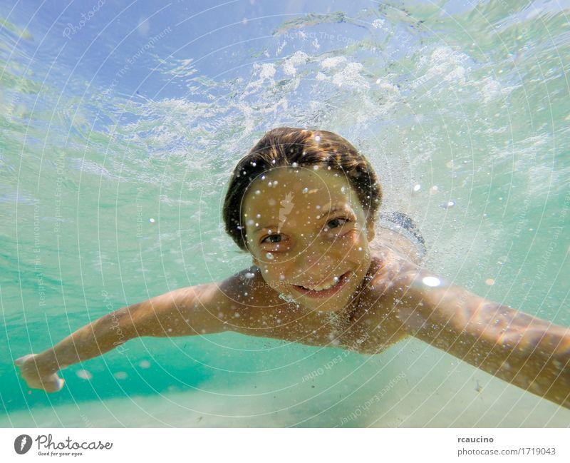 Junge, der unter Wasser in tropischem Meer schwimmt Freude Glück Freizeit & Hobby Sommer Sport tauchen Kind Mensch Baby Mann Erwachsene klein niedlich blau