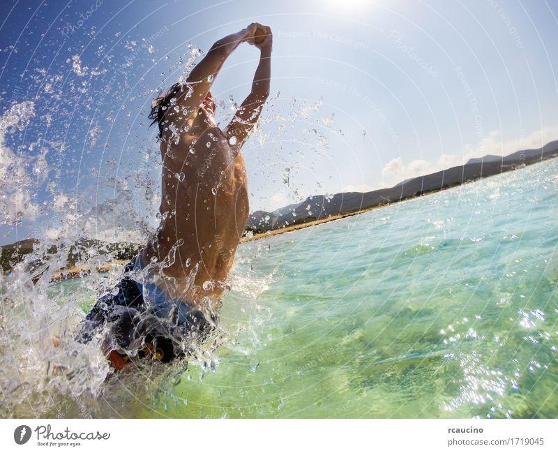 Der Junge springend in Wasser, Spaß spielend und habend Freude Glück Spielen Ferien & Urlaub & Reisen Sommer Sonne Strand Meer Sport Kind Mensch Mann Erwachsene