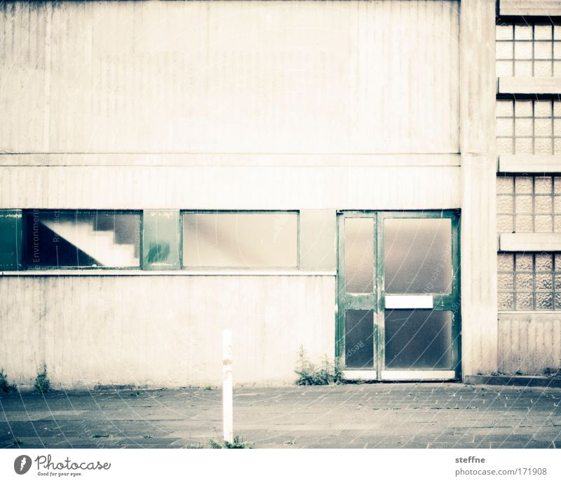 old school Gedeckte Farben Außenaufnahme Tag Menschenleer Industrieanlage Fabrik Gebäude Architektur Schulgebäude Sporthalle Mauer Wand Treppe Fassade Tür retro