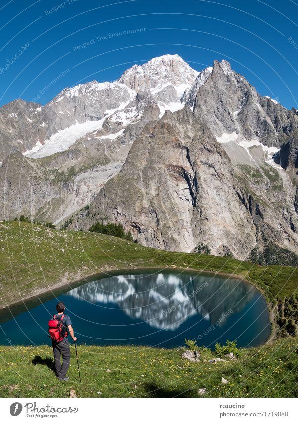 Ein Wanderer vor Mont Blanc. Courmayer, Italien Freizeit & Hobby Ferien & Urlaub & Reisen Ausflug Sommer Berge u. Gebirge wandern Sport Mensch Junge Mann