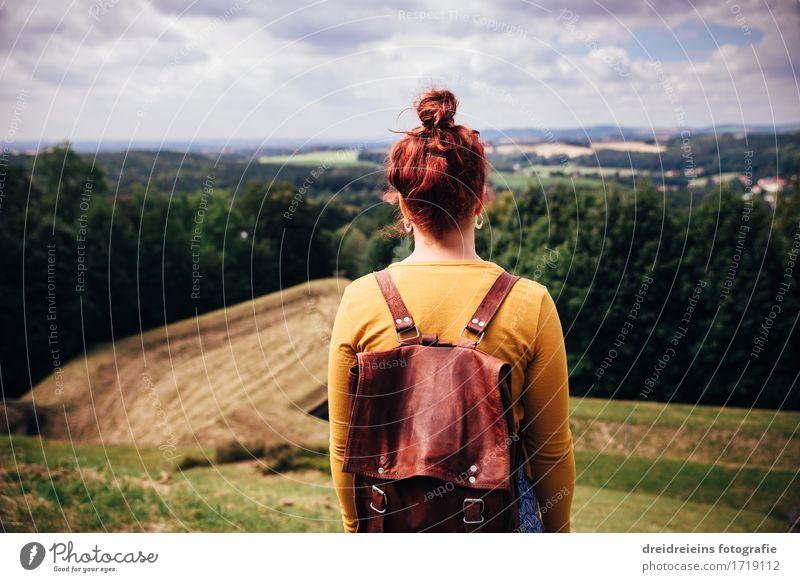 Fernweh. Mensch Frau Natur Ferien & Urlaub & Reisen Sommer Landschaft Erholung Ferne Berge u. Gebirge Erwachsene Wiese feminin Freiheit Tourismus Horizont