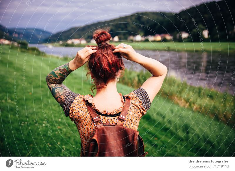 Fernweh. Heimweh. Ferien & Urlaub & Reisen Tourismus Ausflug Abenteuer Ferne Freiheit Sommer Mensch feminin Frau Erwachsene 1 Landschaft Flussufer Elbe
