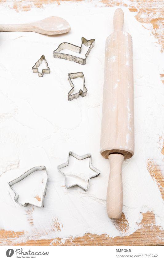 Backzeit Lebensmittel Mehl Ernährung Geschirr Löffel Kochlöffel Nudelholz Wellholz Ausstechform weiß Textfreiraum Reh Stern Stiefel Tanne Weihnachtsbaum Glocke