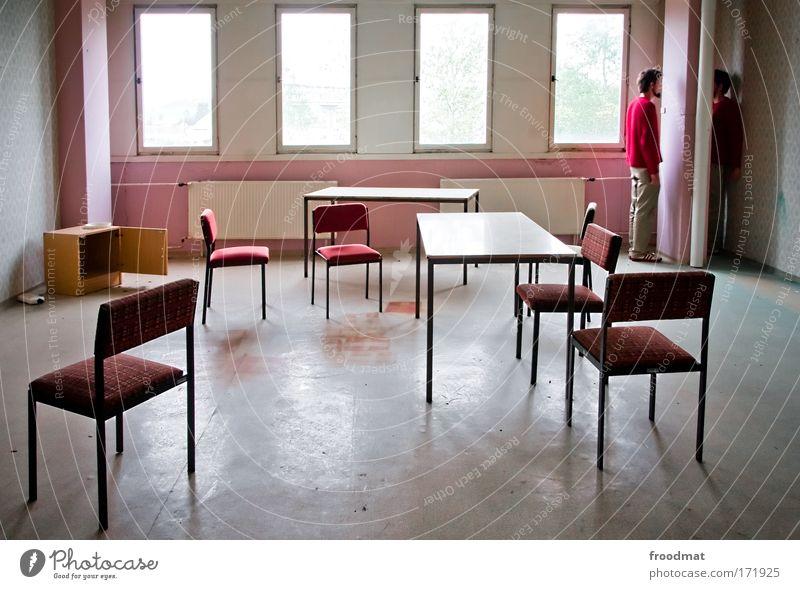 zwischen den stühlen Mensch Mann Einsamkeit Erwachsene Fenster Stil Traurigkeit Raum maskulin Tisch stehen Wandel & Veränderung Stuhl retro Kommunizieren 18-30 Jahre