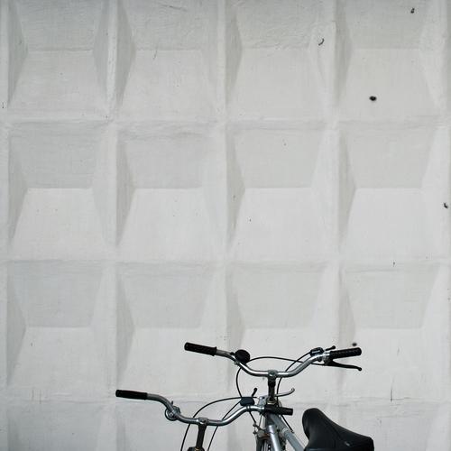 hand aufs herz Farbfoto Außenaufnahme Detailaufnahme Menschenleer Textfreiraum oben Tag Design Fahrrad Architektur Mauer Wand Fassade Verkehrsmittel Lenker 2