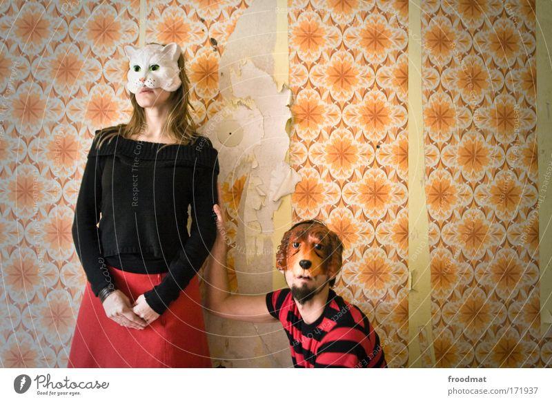 tierliebe Farbfoto Gedeckte Farben mehrfarbig Innenaufnahme Tag Weitwinkel Porträt Tierporträt Blick in die Kamera Wegsehen Mensch maskulin feminin Frau