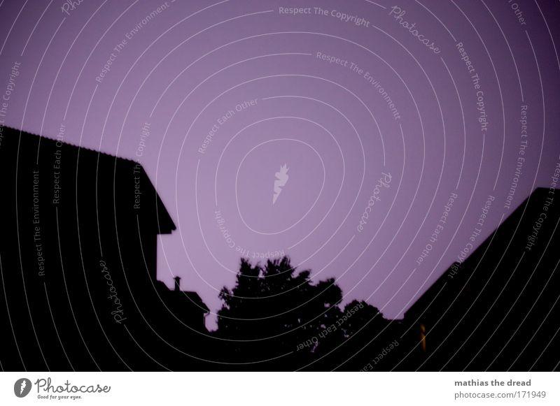 HIMMELSLEUCHTEN Haus Gebäude hell Beleuchtung Architektur Wind Fassade ästhetisch Coolness Dach violett Nachthimmel Sturm gruselig Bauwerk Unwetter