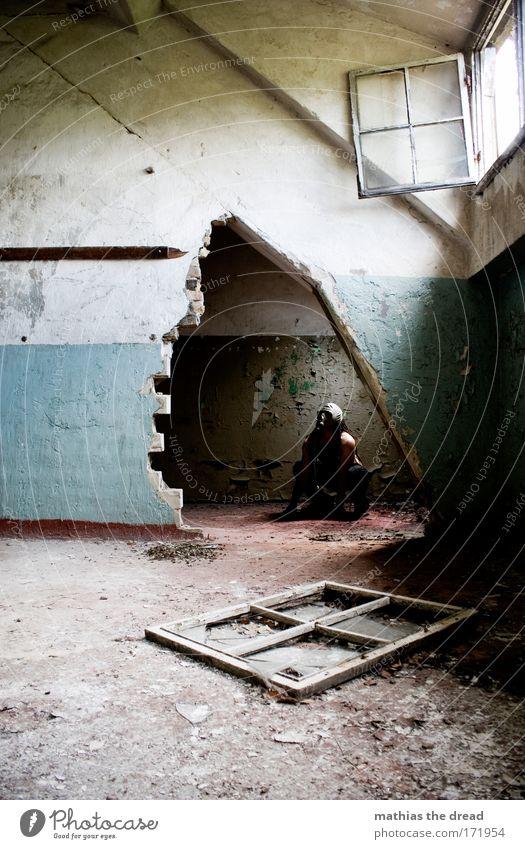 HÖHLENWÄCHTER Mensch Erwachsene kalt dunkel Fenster Wand Stein Traurigkeit Mauer Tür sitzen maskulin gefährlich trist bedrohlich Fabrik
