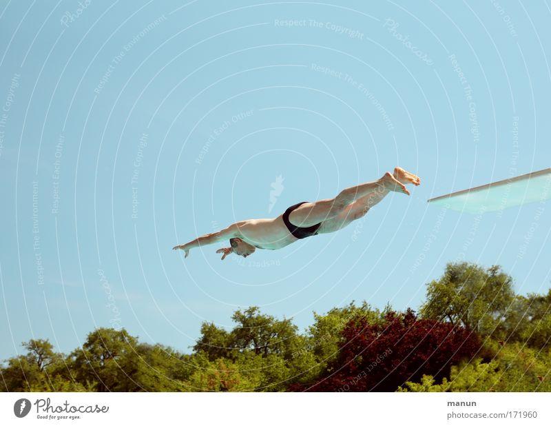 Senioren-Fitness Mensch Mann Sonne Sommer Freude Erwachsene Leben Sport Bewegung springen Gesundheit Schwimmen & Baden Wellness Schwimmbad Fitness