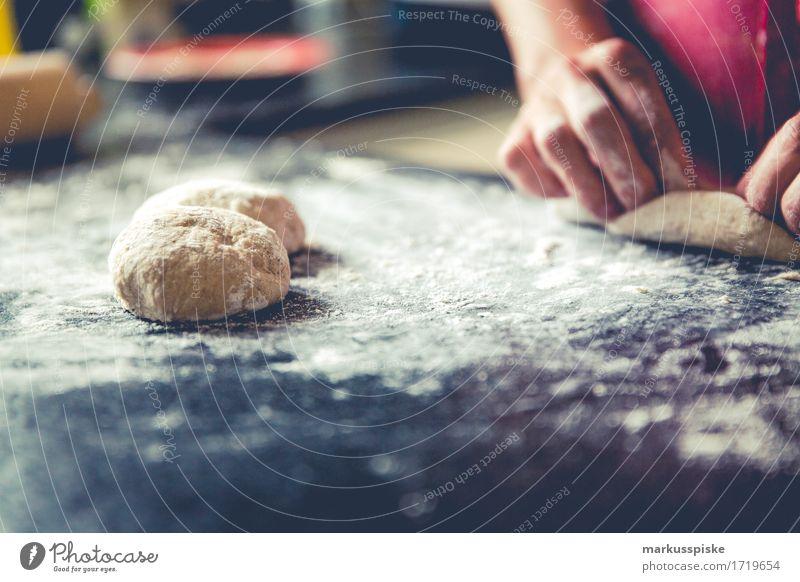 selbstgemachte Brötchen Kaisersemmeln Jugendliche Junge Frau Gesunde Ernährung Hand Haus Freude Leben Essen Bewegung Lifestyle feminin Glück Lebensmittel