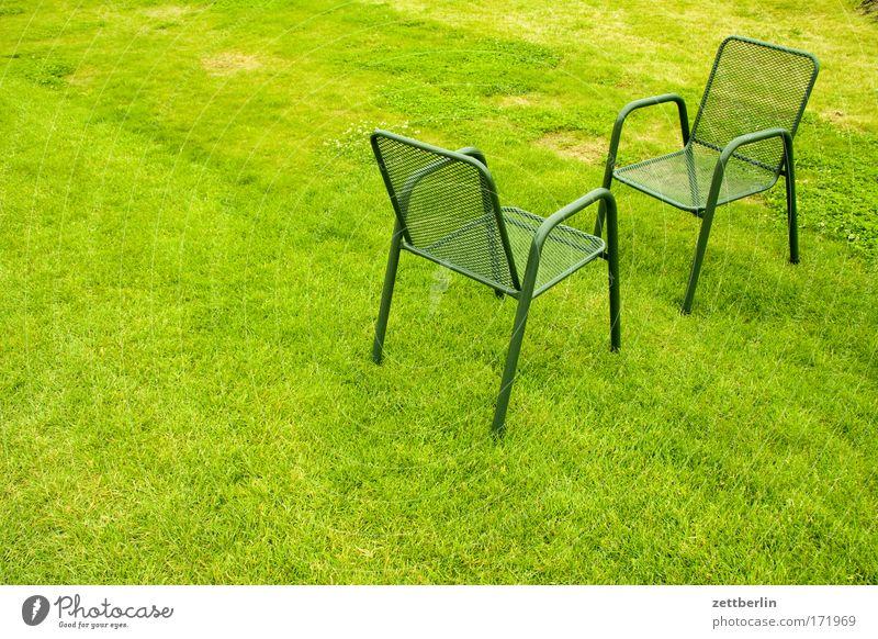 Zwei Stühle grün Rasen Sportrasen Wiese Park Gras Stuhl Gartenstuhl gartenmöbel Sitzung Verabredung Gegenüberstellung Kommunizieren Gesprächspartner gegenüber
