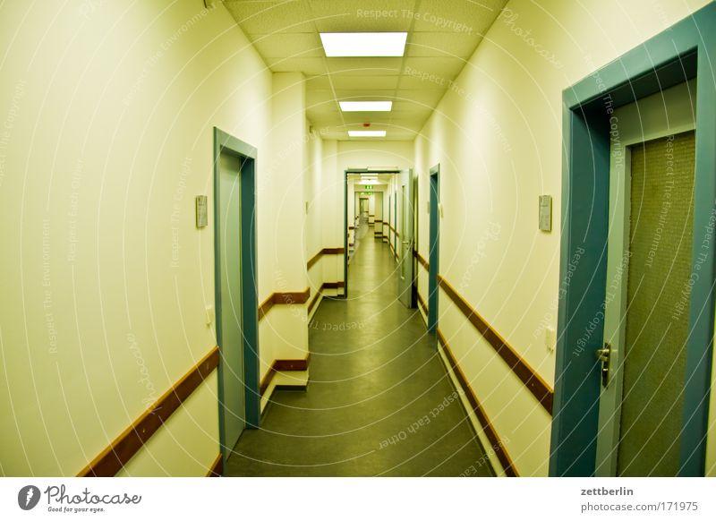 Amtlich Gang Flur Büro Bürogebäude Verwaltung verwalten Tür eng warten Warteraum Agentur Behörden u. Ämter amtsstelle zuständiges organ amtsschimmel amtsstube