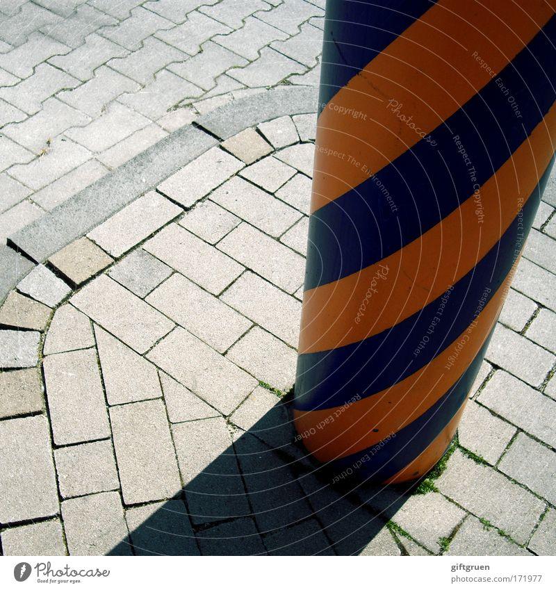 ringelsöckchen Farbfoto Außenaufnahme Muster Menschenleer Licht Schatten Straße Wege & Pfade Stein blau grau Säule Beton Pflastersteine Pflasterweg gestreift