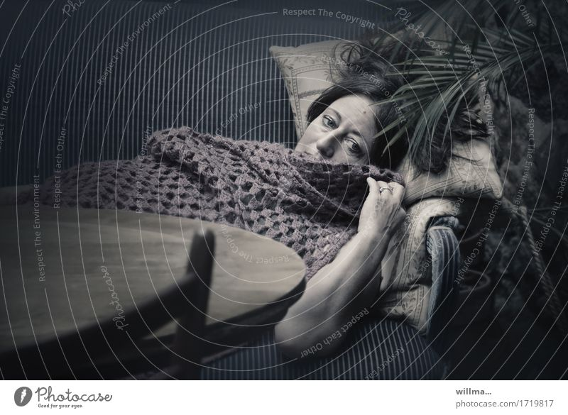 melancholina Frau Erholung dunkel Erwachsene Traurigkeit träumen liegen Sofa Müdigkeit Dame Palmenwedel