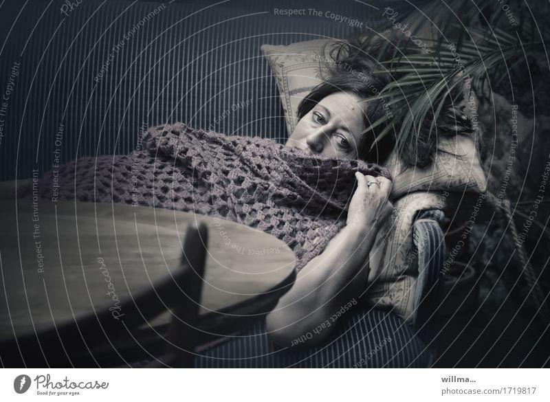 Traurige Frau liegt melancholisch auf nostalgischem Sofa, mit einer Häkeldecke zugedeckt Erwachsene Erholung liegen dunkel Müdigkeit Palmenwedel Traurigkeit