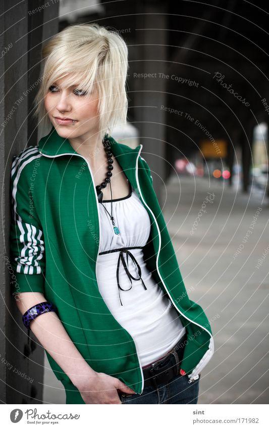 heut dauert es mal wieder länger Mensch Jugendliche Stadt grün schön Junge Frau 18-30 Jahre Erwachsene Straße feminin Stil elegant blond authentisch stehen Frau