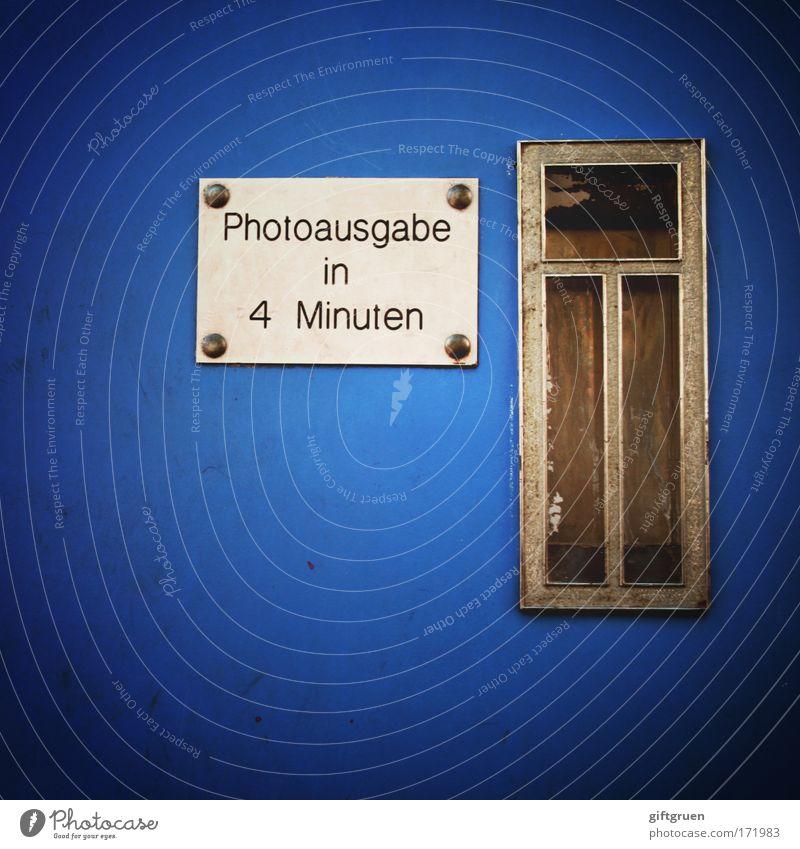 4 minuten Farbfoto Menschenleer Dienstleistungsgewerbe Fotograf Fotografie Fotoautomat Automat blau warten automatisch Passbild Schlitz fertig Fotografieren