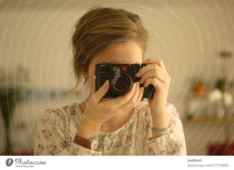 Retro Love Freizeit & Hobby Fotografieren feminin Junge Frau Jugendliche Kopf 1 Mensch 18-30 Jahre Erwachsene Künstler Armbanduhr brünett Fotokamera beobachten