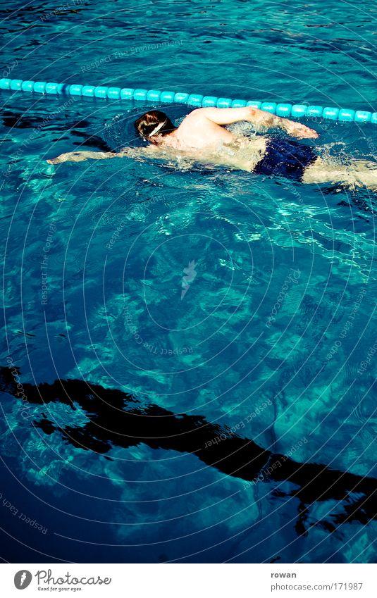 bahnen ziehen Mensch Mann blau Wasser Erwachsene Sport Schwimmen & Baden maskulin Wellness Schwimmbad Fitness Schwimmsport Sportveranstaltung Rennbahn Sportler