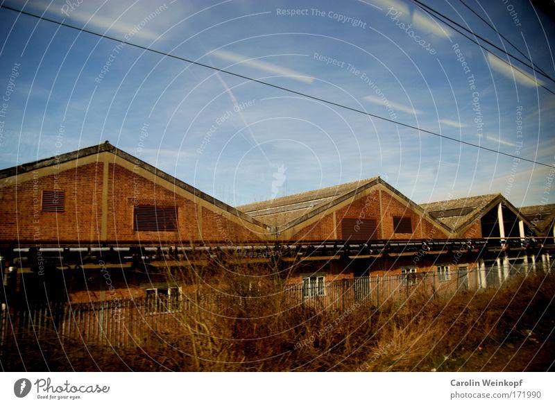 London Outskirts. Himmel Wolken Einsamkeit Haus Landschaft Wand Architektur Gras Mauer Gebäude Fassade Verkehr Europa Dach Schönes Wetter Dorf