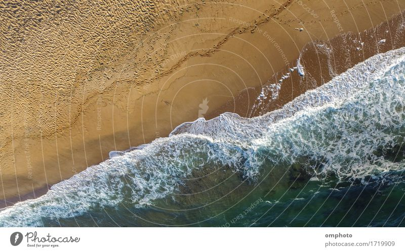 Luftaufnahme von Meereswellen, die an einem einsamen Strand an einem Spätsommernachmittag brechen Sommer Wellen Natur Landschaft Sand Wetter Unwetter Küste