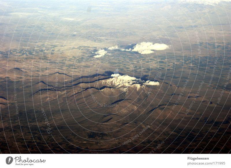 Ein Berg im nirgendwo Himmel Pflanze Ferien & Urlaub & Reisen Berge u. Gebirge Landschaft Erde Flugzeug Wetter Umwelt frei Felsen Geschwindigkeit Ausflug