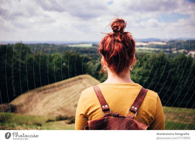 Weitblick Ferien & Urlaub & Reisen Ausflug Abenteuer Ferne Freiheit Berge u. Gebirge wandern feminin Natur Landschaft Horizont Wiese Wald Hügel beobachten Blick