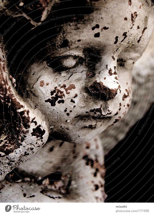 Zerfallene Erinnerung Gedeckte Farben Außenaufnahme Makroaufnahme Strukturen & Formen Dämmerung Kontrast Schwache Tiefenschärfe Friedhof Figur Engel alt