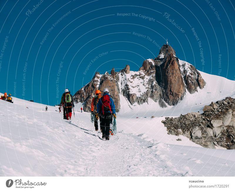 Die Aiguille du Midi und eine Gruppe von Bergsteigern. Frankreich Himmel Natur Ferien & Urlaub & Reisen weiß Landschaft Winter Berge u. Gebirge Sport Schnee