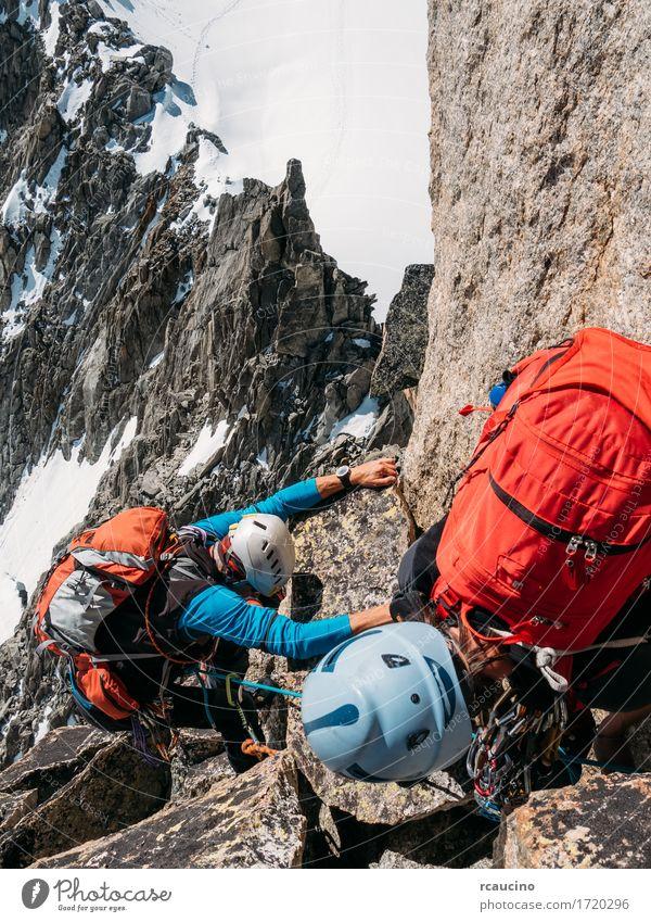 Bergsteiger hilft einem anderen Bergsteiger, die Spitze eines Berges zu erreichen Mensch Frau Natur Ferien & Urlaub & Reisen Mann schön Landschaft Mädchen