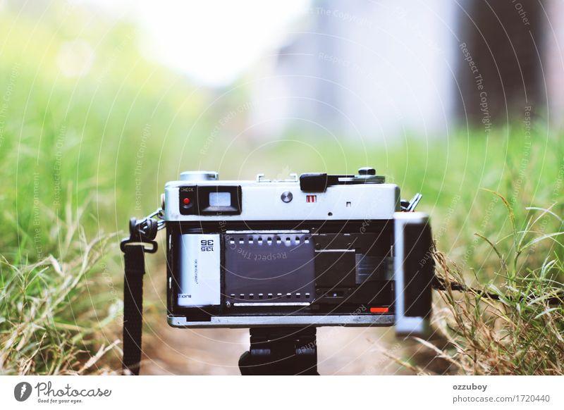 Film in der Kamera rollen Lifestyle Stil Design Freizeit & Hobby Fotokamera Technik & Technologie Metall Kunststoff braun schwarz silber Rückansicht Rollfilm