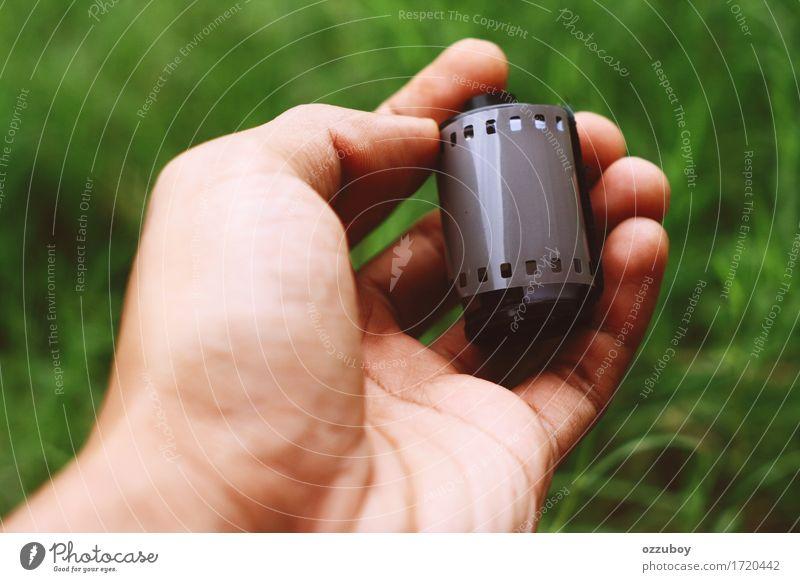 Negativfilmkamera Freizeit & Hobby Mann Erwachsene Jugendliche Hand Finger 18-30 Jahre Filmindustrie Video Kunststoff gebrauchen Halt Filmmaterial im Freien