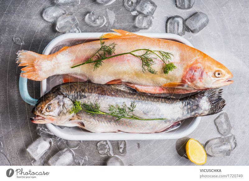 Forellen in Schüssel mit Eiswürfeln und Kochzutaten Lebensmittel Fisch Kräuter & Gewürze Ernährung Mittagessen Abendessen Festessen Bioprodukte