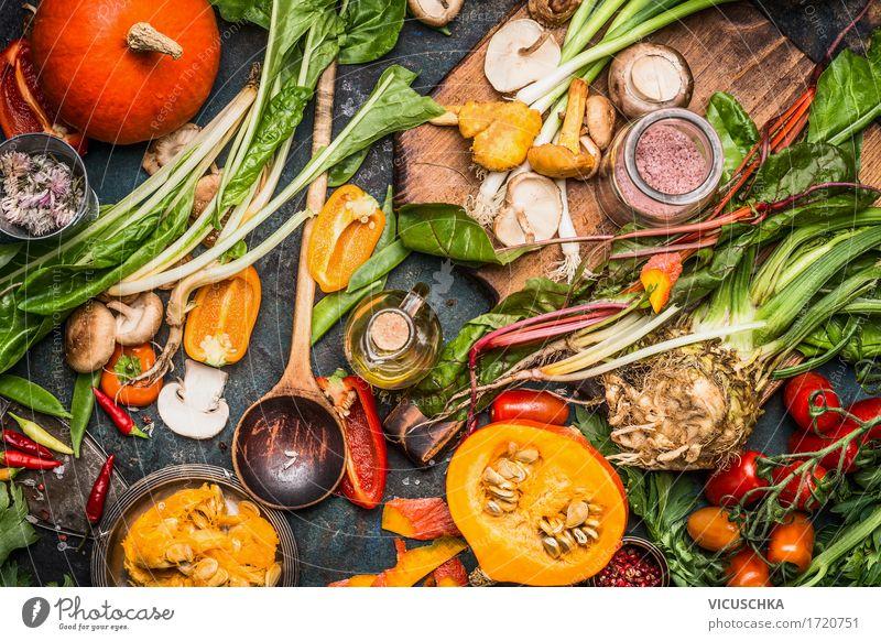 Kürbise und verschiedenes Herbstgemüse Lebensmittel Gemüse Kräuter & Gewürze Öl Ernährung Bioprodukte Vegetarische Ernährung Diät Geschirr Teller