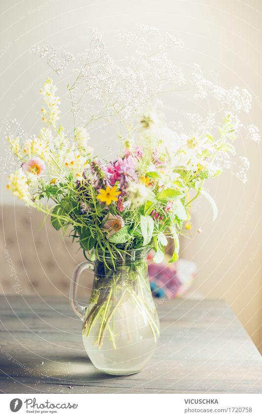 Schöne Blumenstrauß auf dem Tisch in Wohnzimmer Stil Design Häusliches Leben Wohnung Innenarchitektur Dekoration & Verzierung Möbel Natur Blühend Liebe Vase