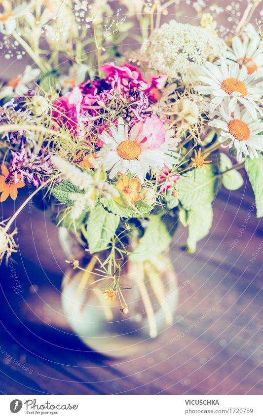 Romantische Blumen Bündel in Glasvase auf rustikalem Tisch Natur Pflanze Sommer Erholung Blatt Haus gelb Blüte Innenarchitektur Frühling Herbst Lifestyle Stil