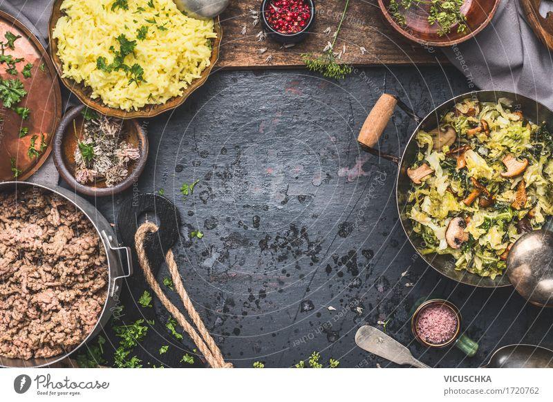 Gedünstetes Wirsingkohl und Pilzen mit Reis und Hackfleisch Gesunde Ernährung Speise Foodfotografie gelb Essen Leben Stil Lebensmittel Design Häusliches Leben