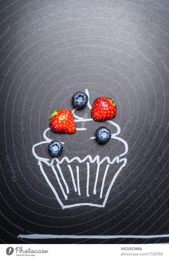 Frische Beeren auf gemaltem Kuchen auf Tafel Hintergrund Lebensmittel Frucht Dessert Süßwaren Ernährung Stil Design Sommer Party Zeichen Liebe Cupcake Muffin