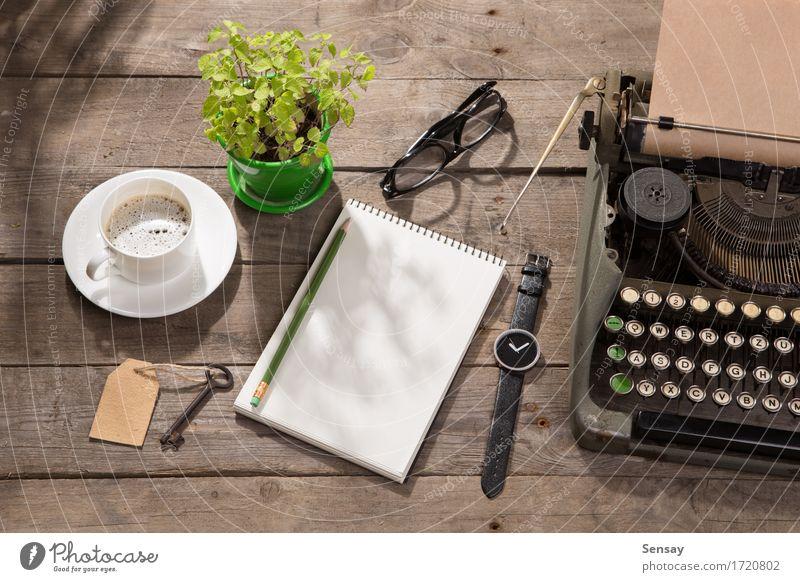 Vintage Schreibmaschine auf dem alten Schreibtisch aus Holz Pflanze grün Textfreiraum Büro retro Tisch Buch beobachten Papier Information Kaffee schreiben