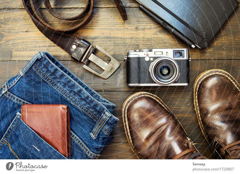 Satz coole Sachen auf hölzernem Hintergrund Ferien & Urlaub & Reisen Mann alt blau Erwachsene Stil Holz Mode braun retro Schuhe Bekleidung Fotokamera Jeanshose