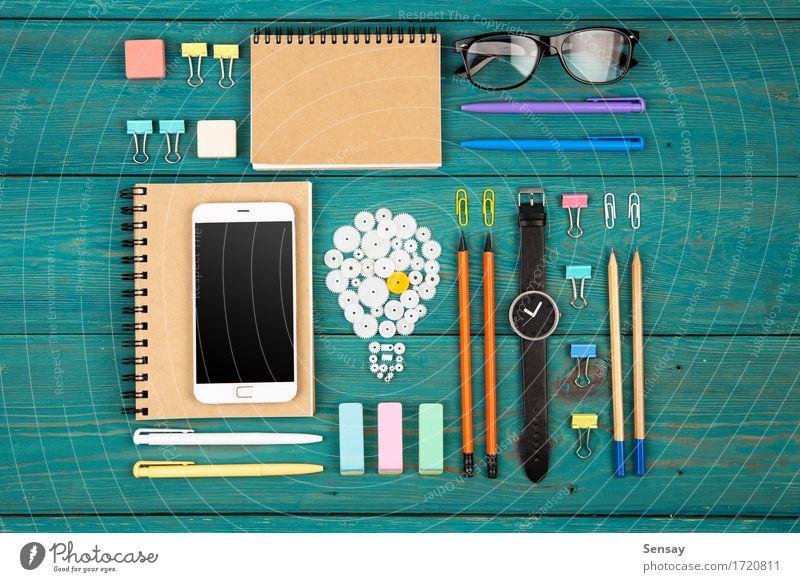 Ideenkonzept - Telefon, Uhr und bunte Bürobedarf Schreibtisch Arbeitsplatz Business PDA Computer Bildschirm Technik & Technologie Schreibstift beobachten blau
